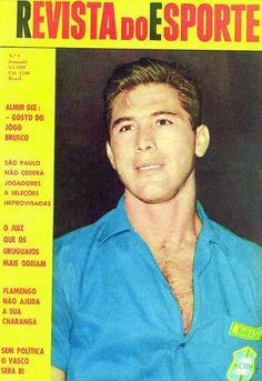 """a seleção brasileira aí vai a capa da saudosa """"Revista do Esporte"""", de 1959, com o capitão Bellini. A Copa de 1958 foi a primeira que eu realmente acompanhei e me deslumbrei com o nascimento de Pelé, as jogadas de Garrincha e de outros grandes craques como Djalma, Zito, Didi. Em 1962 com a mesma base e o surgimento de Amarildo, foi outra curtição."""