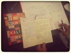 Gli strumenti dello scrittore. Il manoscritto del romanzo, la stilografica preferita da Kalyan Ray e un quaderno che conserva tutte le annotazoni dei fatti storici, le idee sullo sviluppo dei personaggi, le domande che l'hanno aiutato a tessere la tela del romanzo.