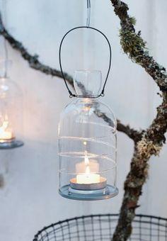 Een tak uit het bos gehaald, lantaarntje eraan, en iedereen vindt het gezellig... Zo simpel kan het zijn.