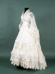 An enchantingly lovely white Victorian dress, ca. late 1860s - via the National Museum in Krakow. #Victorian #fashion #1800s Vintage Gowns, Victorian Dresses, Victorian Era, Vintage Outfits, Vestido Medieval, Historical Costume, Historical Clothing, Antique Clothing, 19th Century Fashion