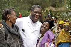 """#Hoje #Estreia #Documentário  O HOMEM QUE CONSERTA AS MULHERES (L'homme qui répare de femmes) - 20H30 - COM LEGENDAS Prêmio Sakharov de 2014 o Doutor Mukwege é internacionalmente conhecido como o ginecologista que """"repara"""" os milhares de mulheres violentadas durante os vinte anos de conflitos no leste da República Democrática do Congo. Na Fundação Panzi ele luta incansavelmente para por fim às atrocidades e denunciar a impunidade dos culpados."""