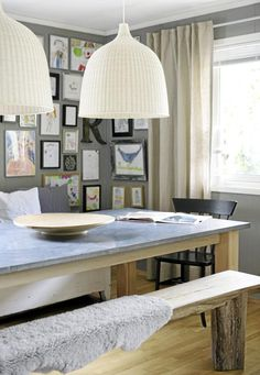Spisestuen har flere elementer fra naturen. Sittebenkene er av tre, med grove ben. Spisebordet består derimot av en tynn steinplate som bæres av trebein. Over bordet henger store hvite taklamper.