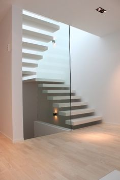 Bilderesultat for trapp med repos funkishus Home Stairs Design, Interior Stairs, Home Room Design, House Design, Floating Staircase, Stairs Architecture, Modern Stairs, House Stairs, Minimalist Home