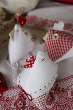gallinelle poulettes from letrecivettefattoamano Sewing Toys, Sewing Crafts, Diy Crafts, Diy Projects To Try, Craft Projects, Quilting Projects, Sewing Projects, Pretty Things, Chickens And Roosters