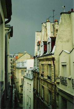 Tom's Guide to Paris - Descriptions of many of the different district neighborhoods