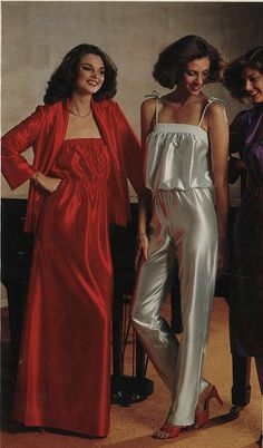 1970s-1979 pajamas and night gown