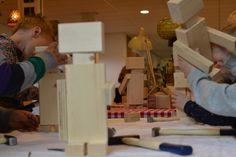 Geweldig idee voor een kinderfeestje   7 jaar , 8 jaar   kinderfeestje thuis   houten robot maken   creatief verjaardagsfeestje   VanStoerHout Jenga, Woody, Robots, Decor, Wood, School, Decoration, Robot, Decorating