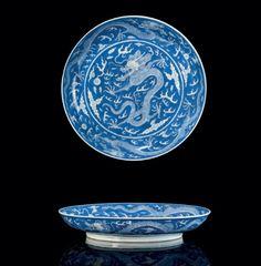 Plat en en porcelaine bleu blanc. Chine, dynastie Qing, Marque à six caractères en bleu sous couverte en cachet et époque Daoguang (1821-1850)
