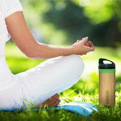 Bamboo Bottle, uma garrafa de água reutilizável feita a partir de recursos inesgotáveis – o bambu e o vidro.  O bambu torna-a resistente, enquanto que o vidro lhe atribui segurança a qualquer temperatura. Quer seja para água fresca naqueles dias de verão, quer seja para se aquecer com um chá bem quente, esta garrafa é 100% livre de BPA's, assegurando que não há passagem de químicos prejudiciais para a sua bebida.