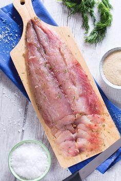 Gravlax di ricciola: un nobile filetto di pesce incontra una saporita e aromatica marinatura ed è subito amore al primo assaggio. [Yellowtail gravlax)