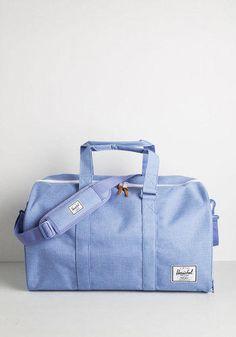 Ce sac est bleu clair et grand. Il coûte 120 dollars. Il est cher. J'aime ce sac parce qu'il est génial et chouette.