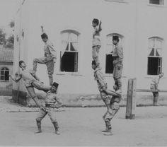 Deniz Harp Okulu öğrencileri jimnastik antrenmanı yaparken görülmektedir. Harbin, Ottoman Empire, Istanbul, Painting, Turkish Language, Painting Art, Paintings, Painted Canvas, Drawings