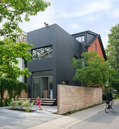Toronto based firm Dubbeldam Architecture + Design transformed a old home, into a modern, up-to-date residence. Located on a corner lot in a dense Toronto neighbourhood, the Contrast House aimed to increase natural light in the interior using con Victorian Terrace, Victorian Homes, Narrow House, Luz Natural, Natural Light, House Extensions, Modern Exterior, Black Exterior, Black House