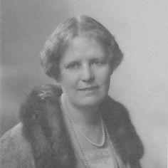 """Patricia Wentworth (1878-1961) schrieb 71 Krimis, unter anderem """"Die Hand aus dem Wasser"""", """"Miss Silvers Wochenende"""" und  """"Der chinesische Schal"""". Sie erfand auch die berühmte Ermittlerin Miss Maud Silver, die unter anderem Agatha Christies Inspiration für Miss Marple war."""