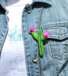 J'adore travailler le papier mâché et le papier de soie. On peut créer tellement de belles choses avec du papier.  Je vous propose donc de réaliser une jolie broche en forme de cactus !! :) Il vous suffit juste de plusieurs bandelettes de papier de soie, un peu de colle à farine et votre cactus sera aussi beau que solide.