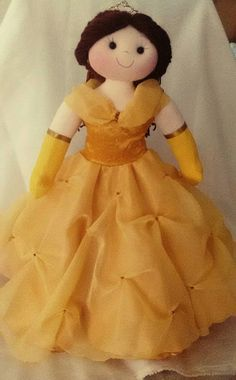 boneca em malha  fibra anti alérgica  roupa em cetim de seda e organza com detalhes em dourado