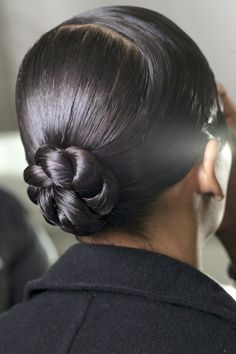 50 Easy + Chic Summer Hairstyles For Right Now - Chic and sleek bun for the office Heatless Hairstyles, Daily Hairstyles, Holiday Hairstyles, Summer Hairstyles, Messy Hairstyles, Humidity Hairstyles, Types Of Hair Braids, Curly Hair Styles, Natural Hair Styles