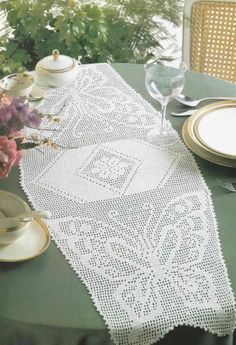 Butterfly Filet Crochet Chart for Table Runner Chart Free. Not in English but oh well. Crochet Angels, Crochet Cross, Crochet Home, Thread Crochet, Crochet Stitches, Crochet Table Runner, Crochet Tablecloth, Crochet Doilies, Filet Crochet Charts
