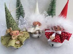 A la place du grelot mettre une petite pomme de pin In place of the bell, put a small pine cone Diy Christmas Angel Ornaments, Christmas Fairy, Christmas Bells, Christmas Angels, Christmas Tree Decorations, Christmas Wreaths, Christmas Projects, Christmas Crafts, Theme Noel