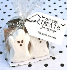 Halloween gift idea! All you need is s'mores, grahams, and peeps to make these super cute Halloween treats!