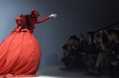 """Rot, die Farbe des Glücks: Eine extravagante Kreation der """"Hu Sheguang""""..."""