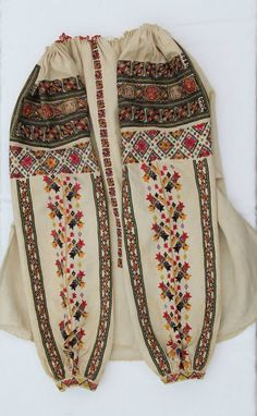 Popular Folk Embroidery Ia Noastra/ Romanian Blouse, Bukovina, late Daniela Ionescu Romanian Art Collection Photo: Vlad Ionescu by Maryana Tambour Embroidery, Folk Embroidery, Shirt Embroidery, Embroidery Patterns, Polish Embroidery, Hungarian Embroidery, Traditional Fashion, Traditional Outfits, Folk Costume