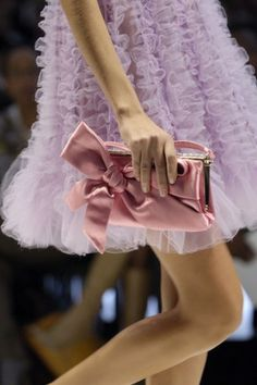 キュートなピンクのドレスにリボンのクラッチ|女性バックコレクション日記