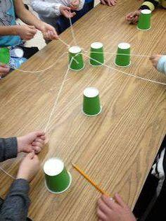Deze opdracht vereist goede samenwerking! Maak aan 1 bekertje meerdere touwtjes vast. Elk touwtje wordt door een ander kind vastgehouden. Opdracht: Slalommen om de andere bekertjes heen. Welk team kan hierbij het beste samenwerken? Bespreek met de kinderen hoe ze het hebben aangepakt.