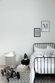 Heinässä heiluvassa - Black and white bedroom for a boy