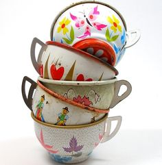 Tin Toy cups, Set of 5 vintage metal with litho, by jacquelyn Vintage Tins, Vintage Love, Vintage Antiques, Retro Vintage, Vintage Kitchenware, My Cup Of Tea, Tin Toys, Antique Toys, Kitsch