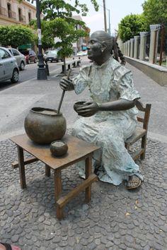 Statue of woman preparing the traditional tuba drink made of coconut palms and peanuts/ Estatua de mujer preparando la tradicion bebida de tuba hecha de la palma de coco con cacahuates. Colima, Mexico. #travel #colima #mexico.