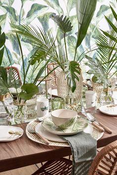 So funktioniert der Look »Tropical Table«: Wie im Paradies! Dieser Look zaubert exotisches Urlaubs-Flair direkt ins heimische Esszimmer. Jede Menge sattgrüne Blätter – von Banane bis zur Trendpflanze Monstera – sorgen auf Tapete, Geschirr und als Deko für tropisches Ambiente. Dazu sommerliches Rattan- und Bambusgeflecht – und als Veredelung des Natur-pur-Stylings wenige Gold-Akzente. Für das i-Tüpfelchen sorgt die selbstklebende Tapete! // Esszimmer Tischdeko Ideen Deko #Esszimmer #Tischdeko