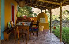 Nesta varanda rústica em Minas Gerais, a liberdade é o elemento principal da decoração. Amarelo, azul e vermelho foram usados na pintura. Essa mistura não apenas funcionou, como transformou o espaço no lugar ideal para receber os amigos