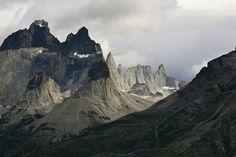"""""""Chifres"""" del Paine, no Parque Nacional Torres del Paine, sul da Patagônia chilena. Fotografia: Alex Proinos.  - Wikipédia, a Enciclopédia Livre."""