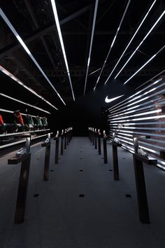 Coordination Asia's use of light transforms the digital landscape into reality - News - Frameweb Nike Design, Gym Design, Event Design, Retail Interior Design, Gym Interior, Asian Interior, Nike Retail, Shoe Store Design, Retail Concepts