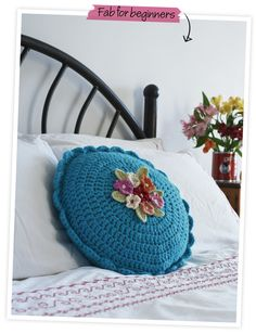 Round Cushion - Free pattern by Nicki Trench from her 'Crochet Basics' book Mais Crochet Cushion Cover, Crochet Cushions, Crochet Pillow, Crochet Cushion Pattern Free, Crochet Round, Cute Crochet, Beautiful Crochet, Crotchet, Crochet Home Decor
