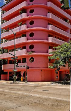 The Waikiki Cove at 2118 Kuhio Avenue, built in 1963. I always thought this was a cool looking building. It was white forever, I cant remember when they decided to paint it bright pink. (Photo from jcc55883)