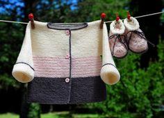 Layette tricotée entièrement à la main.  Travail soigné et délicat. finitions impeccables.  Les fils utilisés sont de qualité et spécialement adaptés à la peau fragile  - 20983046