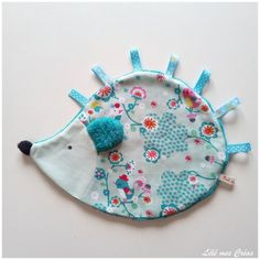 DOUDOU PLAT HERISSON ETIQUETTE RUBAN DOUILLETTE vert doux petits oiseaux Lélé mes Créas Baby Crafts, Diy And Crafts, Crafts For Kids, Sewing Toys, Sewing Crafts, Homemade Stuffed Animals, Baby Couture, Fabric Toys, Sewing Projects For Kids
