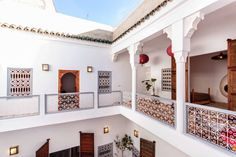 Ház a következő városban: Marrakesh, Marokkó. Absolutely beautiful riad, just renovated, 4 double bedroom suites, huge kitchen and courtyard, inside and outside lounge, fantastic terrace, wifi - just a short walk to the square/souks.  This is such a beautiful riad, an ancient building with mo...
