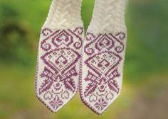 strikkesida: Hold hendene varme og velkledde i kulden.no Knit Mittens, Knitting Socks, Wrist Warmers, Crochet Hooks, Hold On, Free Pattern, Knitting Patterns, Gloves, Scrunchies