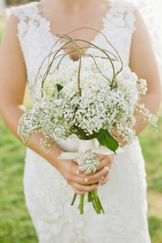 We are all about #babysbreath these days - beautiful #bouquet! {Lissa Anglin Photography}