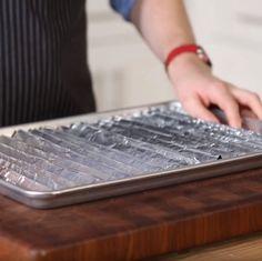 Je wilt iets klaarmaken in de oven, maar je hebt enkel een bakplaat, en geen rooster? Zo maak je er snel zelf een! Dit heb je nodig: zilverpapier bakplaat Het is zo simpel. Vouw een groot stuk zilverpapier accordeon-gewijs. En vouw het daarna gewoon terug open. Tadaa! Plaats je zelfgemaakte ovenrooster op je bakplaat en … Continued