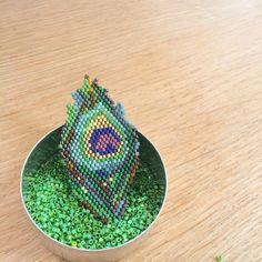 La magie de la plume de paon en tissage de perles miyuki. La grille téléchargeable vous donnera tous les liens vers le matériel nécessaire ( perles, fils, ... ) ainsi qu'un pas à pas pour vous initier à la technique du brick stich. Vous bénéficierez également d'un code de réduction valable chez Perles&co. Les photos ne sont pas contractuelles , elles donnent seulement une idée du résultat final... [gallery]