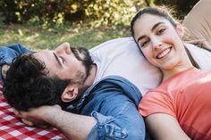 Concepto de amor y picnic con pareja joven Foto gratis