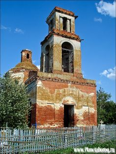 Voronezh region. Gubarev village. Church of the Epiphany. The reason for the lack of attempts to restore that temple closely surrounded by the churchyard, and people refuse to transfer the graves of relatives who are so close to the walls that you can not even put the scaffolding.