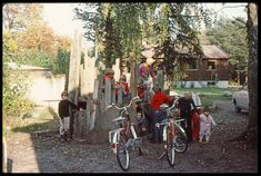 Barn bygger hytter på 70-tallet. Bildet fås i høyoppløselig format ved å følge link til nettstedet.