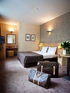 All #guestrooms at #Hotel Navarra #Bruges enjoy 4-star comfort including free wifi, airconditioning, satellite tv, flatscreen, radio, trouserpress, minibar and an in-room safe.   http://www.hotelnavarra.com/en/info/268/Hotel-rooms.html