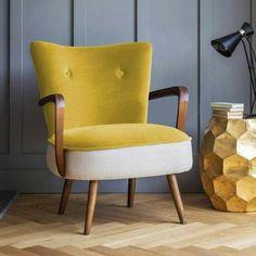 un fauteuil en bois couleur jaune moutarde sur un fond gris, jolie table basse d'appoint