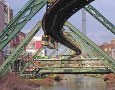 Die Schwebebahn im Werk der Bayer AG in der Nähe der Station Varresbeck in Wuppertal-Elberfeld am 28. April 2006